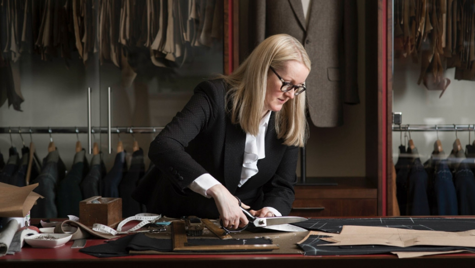satreria-mujer-cortando-uniforme-de-colegio